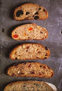 カルダモンとプルーンのパン